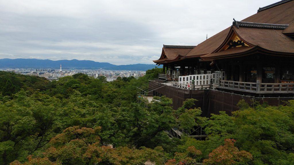 舞台が改装中の清水寺
