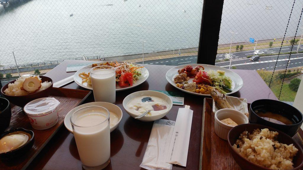 松江ニューアーバンホテルの朝食と宍道湖ビューのテーブル