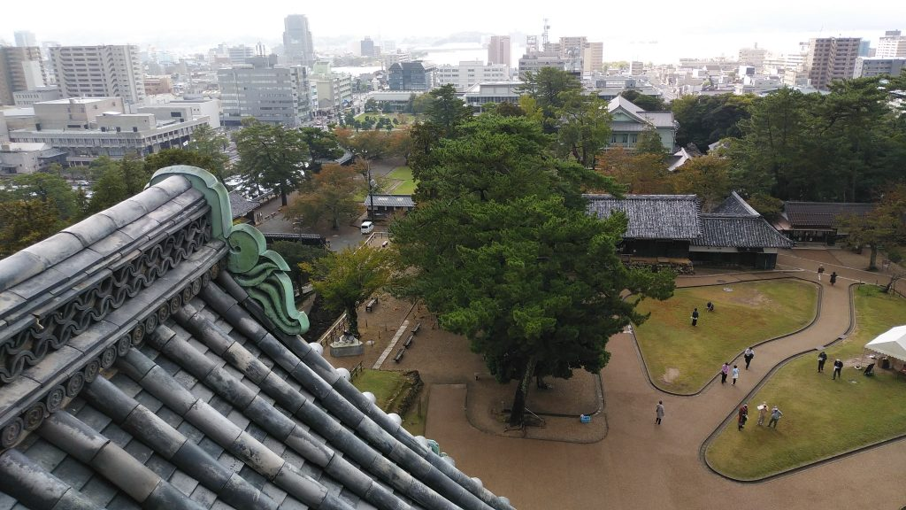 松江城天守から町を見下ろす
